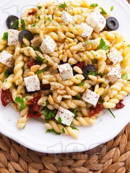 Салата с паста, маслини, моцарела и кедрови ядки - снимка на рецептата